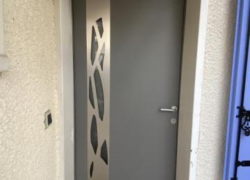 Porte d'entree Kline bicolore blanc interieur et gris exterieur Bandol 83 - Sud Alu