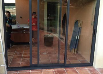 Installation baie vitrée aluminium - Sud Alu